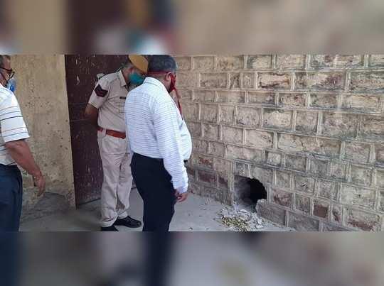 Dholpur news : कोविड जांच करवाने लाए गए थे चार कैदी, वार्ड से दीवार तोड़कर हुए फरार