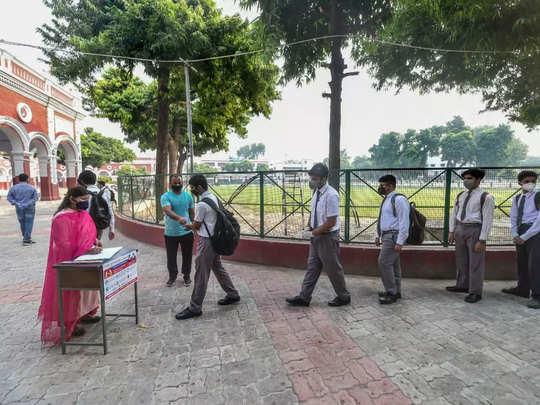 बहुत कम छात्र पहले दिन पहुंचे स्कूल