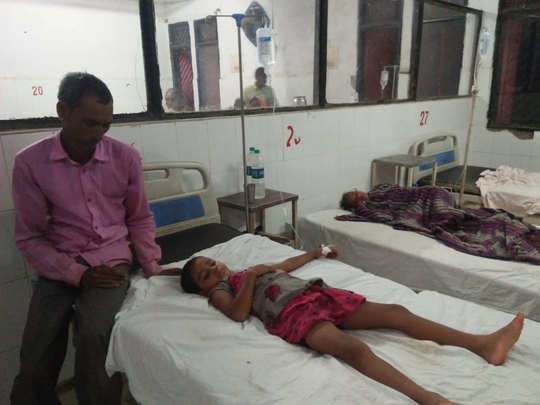 अस्पताल में भर्ती घायल बच्चे
