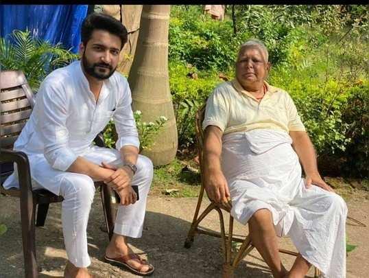 RJD सुप्रीमो लालू यादव के साथ मुलाकात की फोटो पोस्ट कर फंसे राजद के युवा नेता, BJP बोली- जेल मैनुअल का उल्लंघन