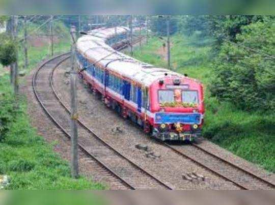 त्योहारी सीजन में रेलवे कई स्पेशल ट्रेनें चला रहा है।