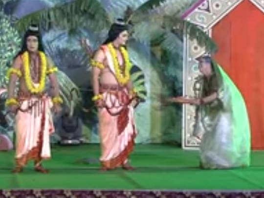 रामलीला का मंचन करते कलाकार