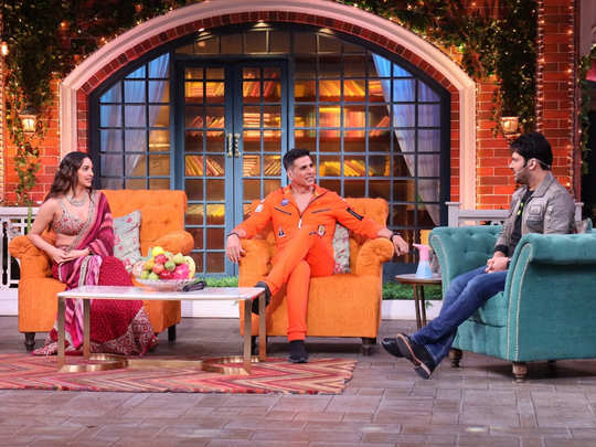 the kapil sharma show preview: kiara advani speaks english before kapil sharma and akshay kumar can not control his laughter
