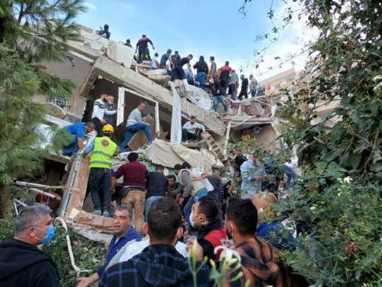 powerful 7 magnitude earthquake jolts turkey and greece many people dead latest updates see latest photos