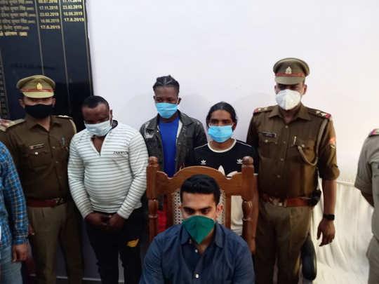 गिरफ्तार लोगों के साथ पुलिस टीम