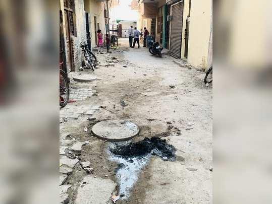 सीवर कूड़ा घर के पास फेंकने से भारत स्वच्छ होगा ।