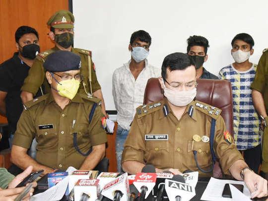 आरोपियों के साथ प्रेस कॉन्फ्रेंस में पुलिस