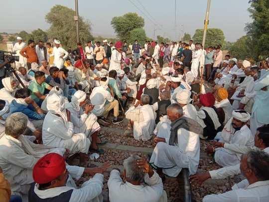 Gurjar aandolan update : 80 गांवों के गुर्जर पंच -पटेलों ने कहा- कर्नल रेलवे ट्रैक खाली करो , CM गहलोत का किया शुक्रिया अदा