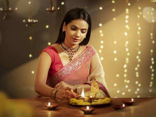 Saree For Dhanteras : इन ग्लैमरस लुक वाली Saree को पहनकर धनतेरस पर दिखें सबसे सुंदर, आज ही करें ऑर्डर
