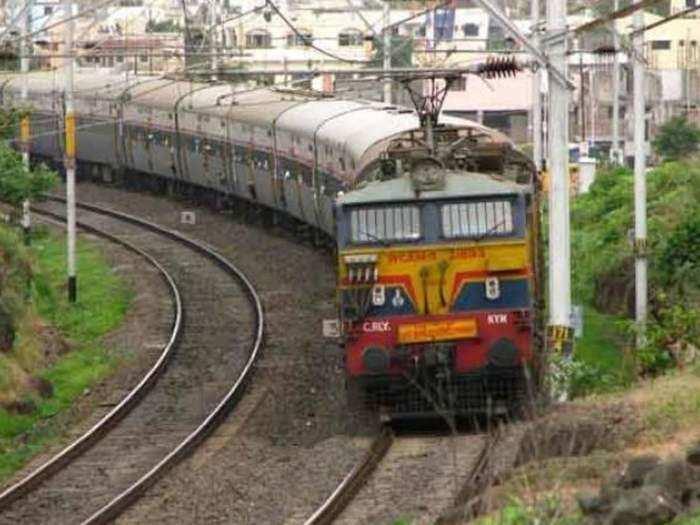 रेलवे छठ पूजा के मौके पर कई स्पेशल ट्रेनें चला रहा है।