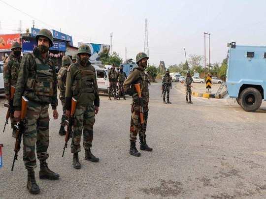नगरोटा के बन टोल प्लाजा के पास सुरक्षाकर्मी मुस्तैद