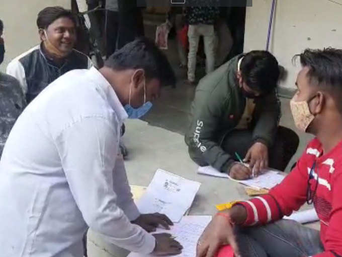 Crowd on Aligarh Collectorate to allow marriage