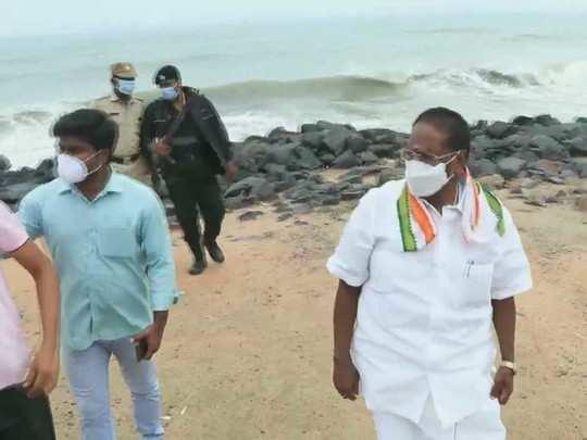 पुडुचेरी में समुद्री तट पर पहुंचे मुख्यमंत्री नारायणसामी
