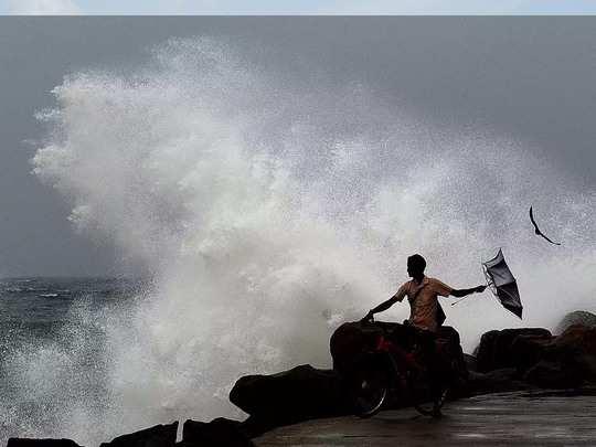 विकराल रूप धारण कर सकता है तूफान