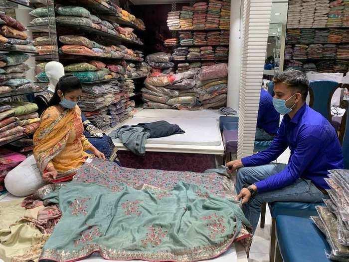 शादी के मौसम में भी दिल्ली में घटी कपड़ों की बिक्री