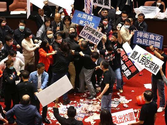 ताइवान की संसद में चलीं सूअरों की आंतें