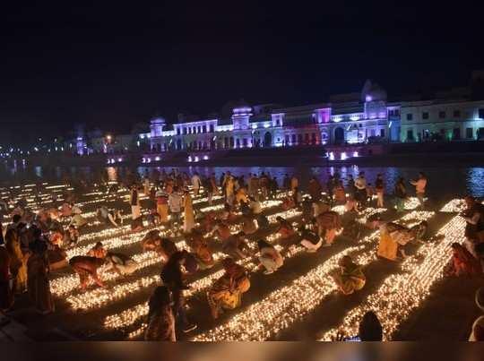 Ayodhya Dev Dipawali: भव्य दीपोत्सव के बाद देव दीपावली पर राम की पैड़ी पर जले 51 हजार दीये