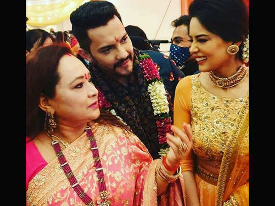 groom aditya narayan does bhangra with bride shweta agarwal on his wedding watch viral video