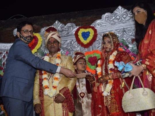 शहीद जवान की बिटिया की शादी में पहुंचे डीएम