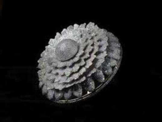 इस अंगूठी में 8 लेयर्स में 38.08 कैरेट के हीरे जड़े गए हैं।