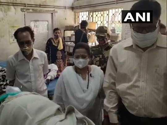 घायलों से मिलतीं मुंबई मेयर
