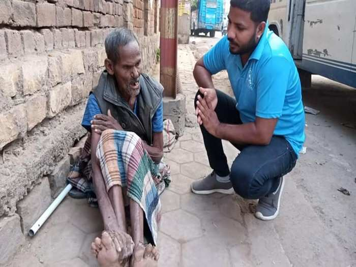 iit kanpur alumnus begging : iit kanpur pass out surendra vashisth is begging on gwalior road at age of 90