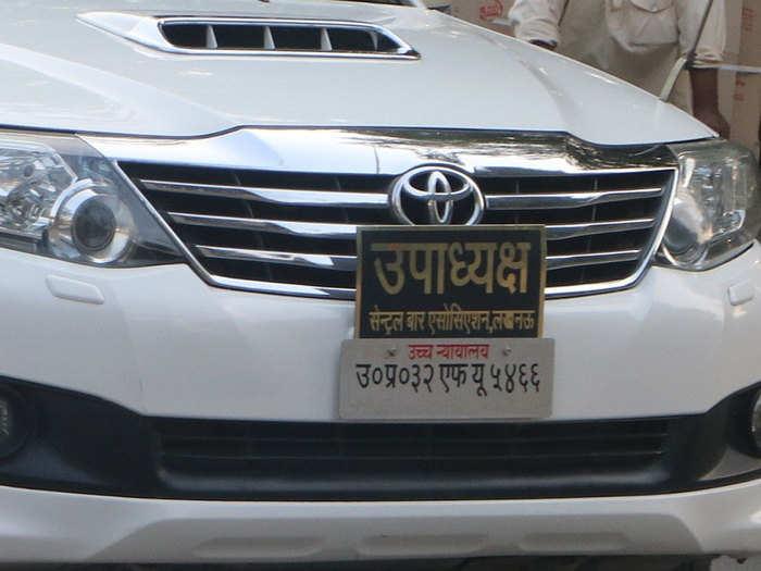 हिंदी में लिखे नंबर प्लेट