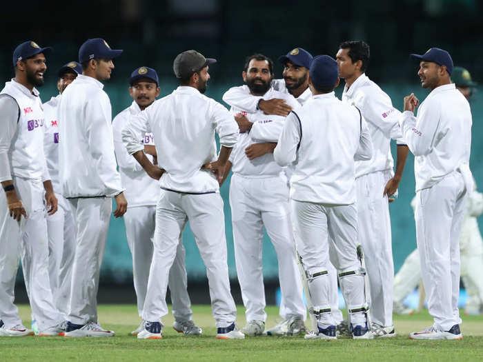 शमीचे कौतुक करताना भारतीय खेळाडू