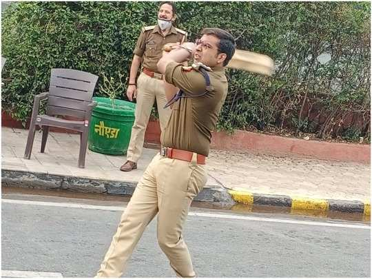 kisan andolan news: noida acp rajneesh verma playing cricket in moments of leisure at chilla border