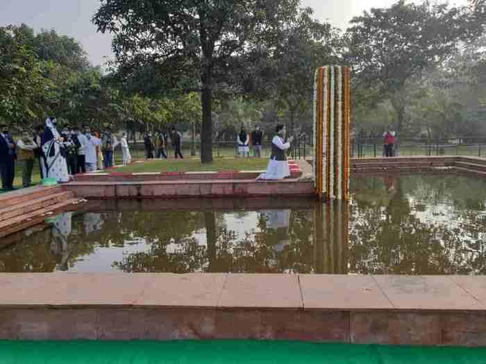 sanjay gandhi birth anniversary: varun gandhi and maneka gandhi pays homage at shanti van