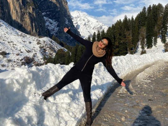 Raveena Tandon recreating Shah Rukh Khan iconic pose