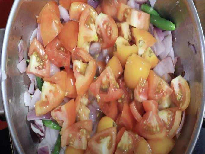 मिश्रणात टोमॅटो घाला आणि मंद आचेवर ५ मिनिटे परतून घ्या