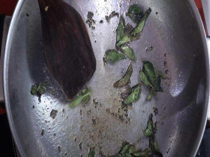 तेलात मोहरी, कढीपत्ता, चिमुटभर हिंगात टोमॅटोची चटणी घालून मिश्रण २ ते ३ मिनिटे चांगले शिजवून घ्या