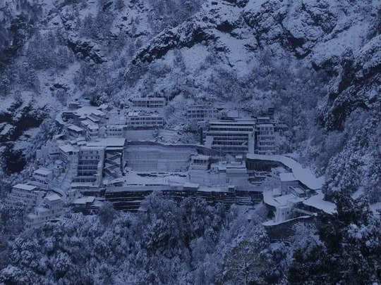 images of snowfall in shri mata vaishno devi mandir
