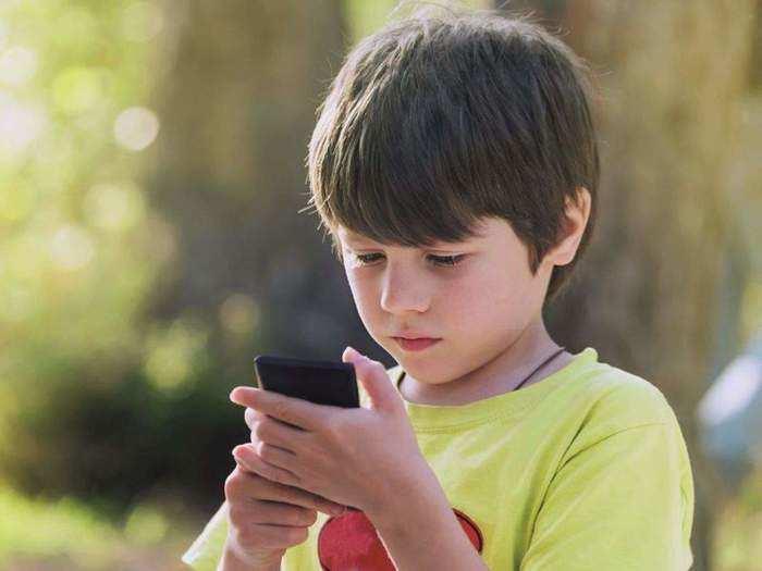 मुलांना जडलेलं फोन किंवा टिव्हीचं व्यसन सोडवण्यासाठी चक्क बालरोगतज्ज्ञच सांगतायत साधेसोपे उपाय!