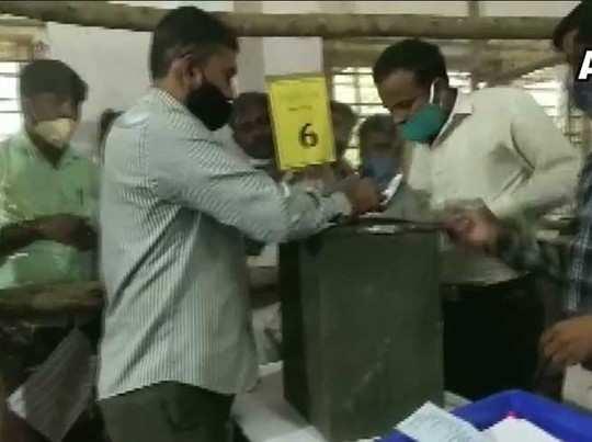 कर्नाटक में काउंटिंग जारी है