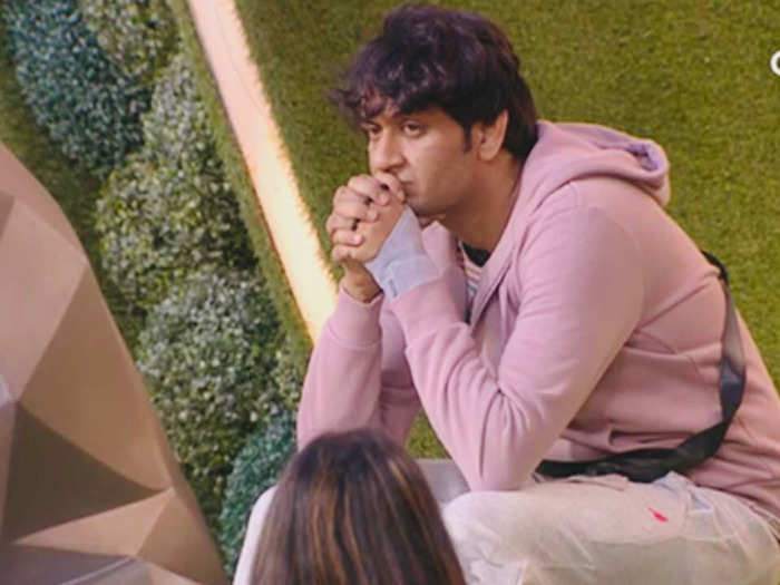bigg boss 14 vikas gupta cries in front of arshi says bhai snatched mother from me and dad came after 30 years only to see if i am alive