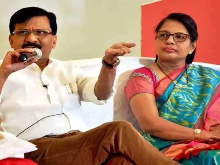 संजय राउत पत्नी वर्षा राउत के साथ (फाइल फोटो)