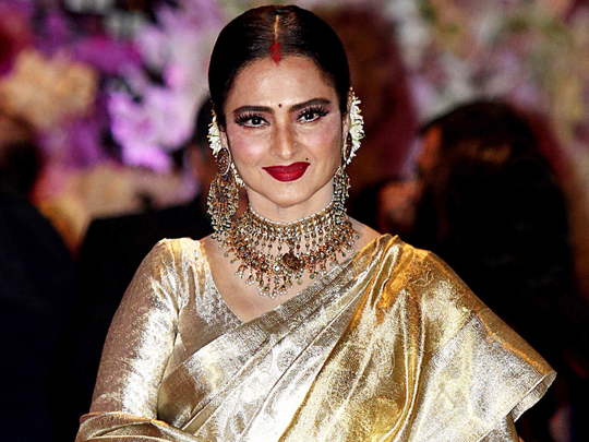 bollywood actress rekha forget blouses and wear sari this unique way
