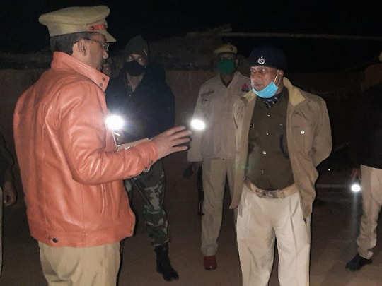 घटना के बाद मौके पर मौजूद पुलिस अधिकारी
