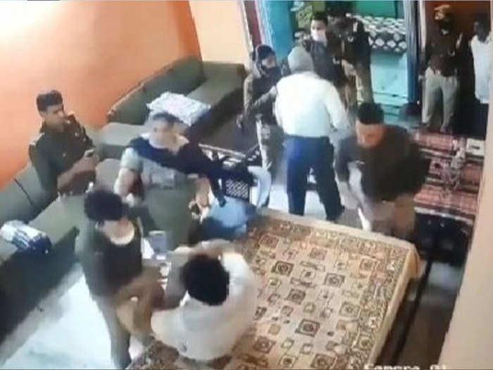 वीडियो फुटेज में अभद्रता करती दिख रही पुलिस