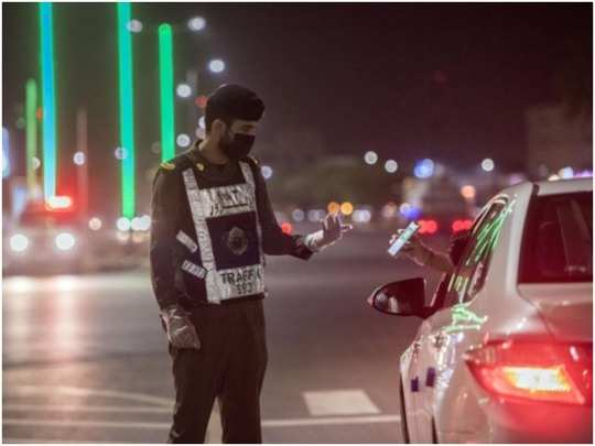 Man caught driving with hood open in saudi