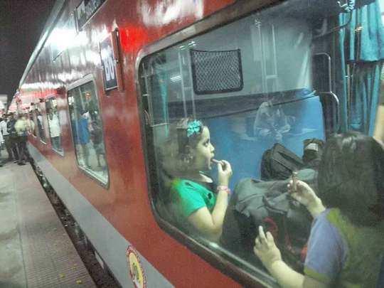 कोहरे ने थामी ट्रेन की रफ्तार (File Photo)