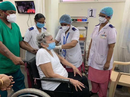 ८३ वर्षीय डाॅक्टर आशा सिंगल यांनी घेतली लस