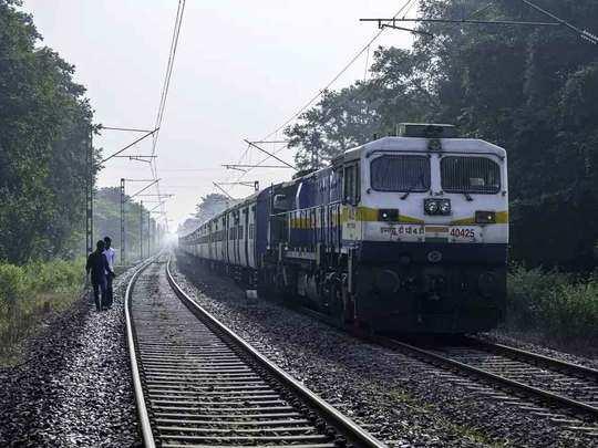 कोहरे ने थामी ट्रेन की रफ्तार(File Photo)