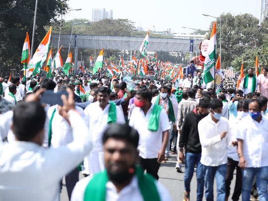 बेंगलुरु में किसानों और कांग्रेस वर्कर्स का प्रदर्शन