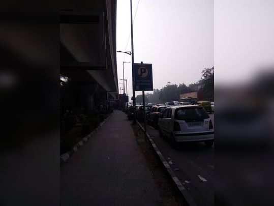 डिफेन्स कॉलोनी सुब वे पर पार्किंग के कारण जाम