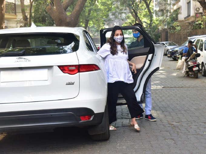 अपनी jaguar कार से क्लनिक पहुंचीं अनीता हसनंदानी, बेबी बंप को संभालते वाइट टॉप में लगीं प्यारी