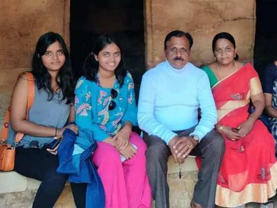 मृतक दोनों बेटियां (बाएं) और उनके मां-बाप