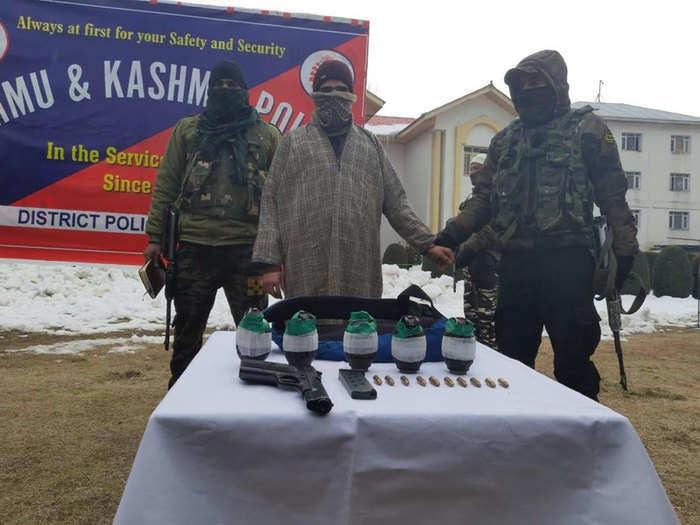 हथियार के साथ आतंकवादी गिरफ्तार